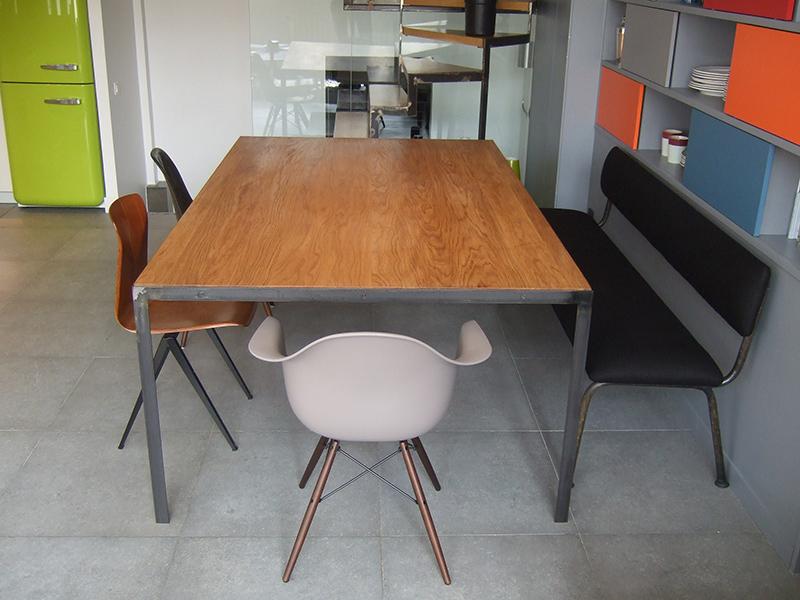 Table en m tal et plateau bois massif les ateliers du 4 for Table en bois et metal
